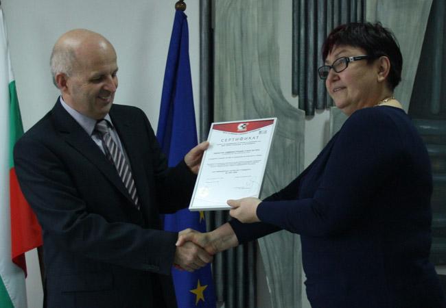 БЛаговеста Шинева връчва сертификата на областния управител на Стара Загора