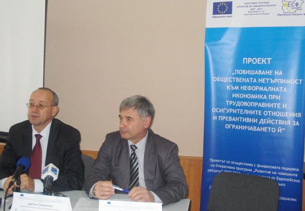 Председателят на БТПП Цветан Симеонов и председателят на ТПП - Стара Загора Олег Стоилов по време на представянето на резултатите от анкетата