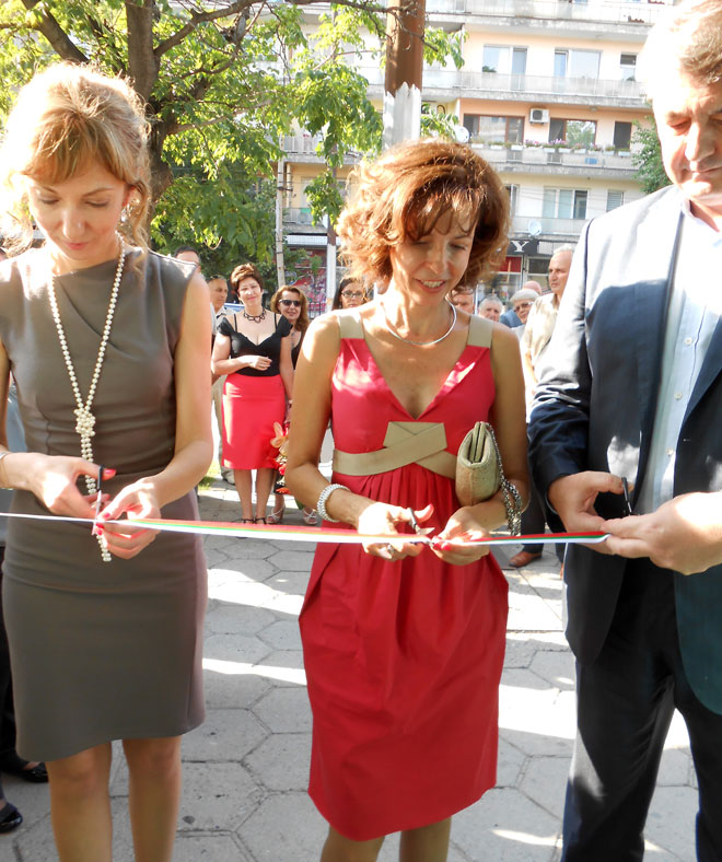 Татяна Бонева (вляво), управител на офиса на БАКБ в Стара Загора, Цветелина Бориславова, председател на Надзорния съвет на Българо-американска кредитна банка и Васил Симов, изпълнителен директор и председател на УС на банката откриват новия офис