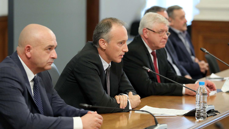 министърът на образованието Красимир Вълчев и членове на Националния оперативен щаб
