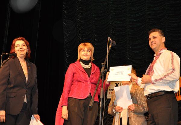 Елеонора Червенкова и Светла Апостолова връчват наградата на Инер Уил клуб - Стара Загора на ръководителя на Младежка фолклорна формация Разметаница