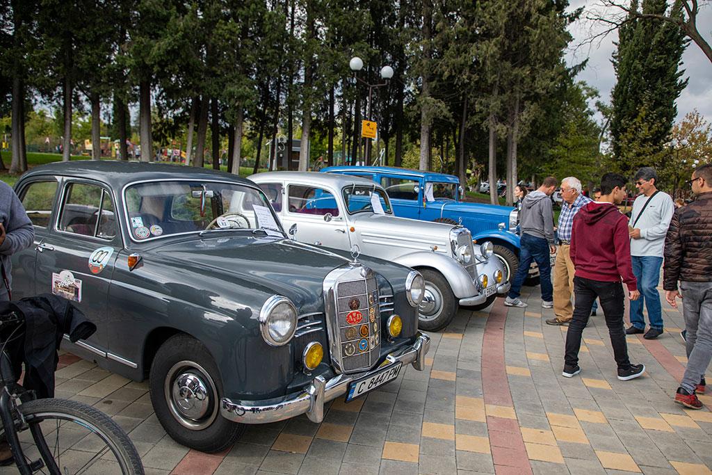парад на ретро автомобили