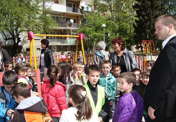 Кметът на Стара Загора с деца, играещи на площадките