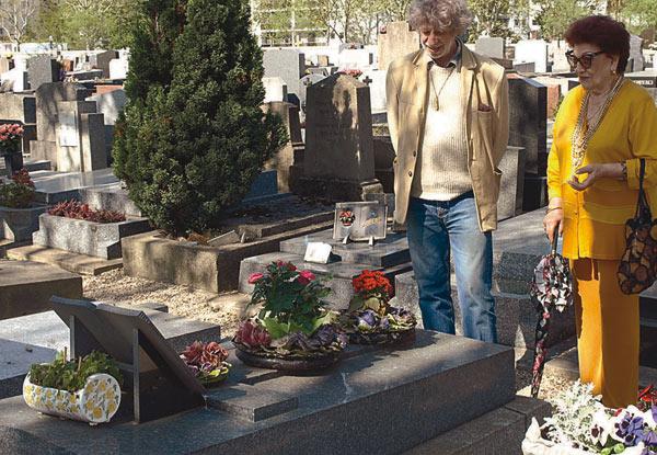 Елена Волева и художника Никола Манев пред гроба на Мина