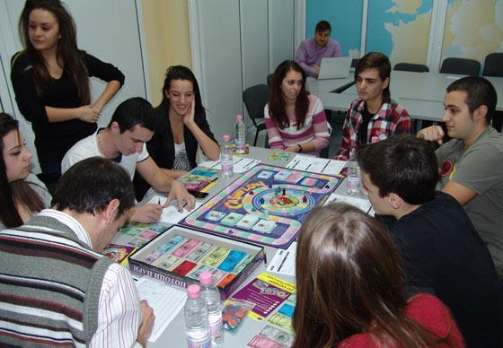 Ученици показаха завидни умения по предприемачество и финансова грамотност в играта Потоци пари - състезание в залата на ТПП - Стара Загора