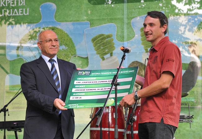 Емил Христов, председател на Общински Съвет Стара Загора (вляво) връчва дарението от Загорка Зелен Фонд на представител на Спортен клуб Сърнена гора