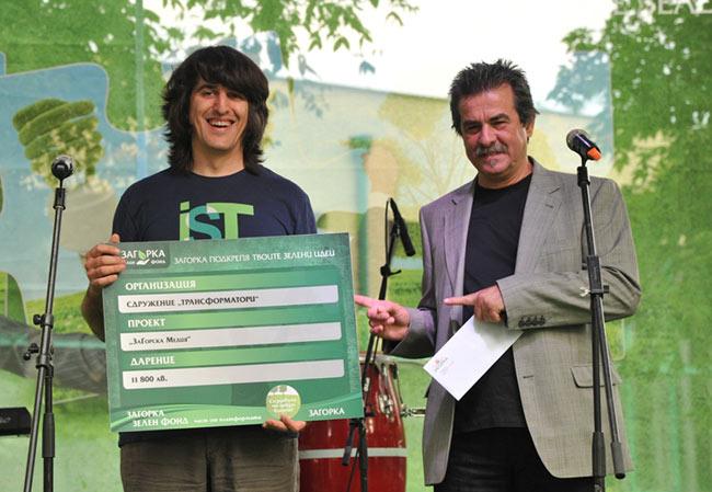 арх. Петър Киряков, член на УС на КАБ,(вдясно) връчва дарението от Загорка Зелен Фонд на представител на сдружение Трансформатори
