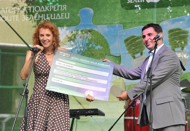 Николай Младенов, изпълнителен директор на компания Загорка, връчва дарението от Загорка Зелен Фонд на Красимира Чахова за проекта Изграждане на велоалеи и беседка в спортен комплекс Ракета – с. Богомиловолева